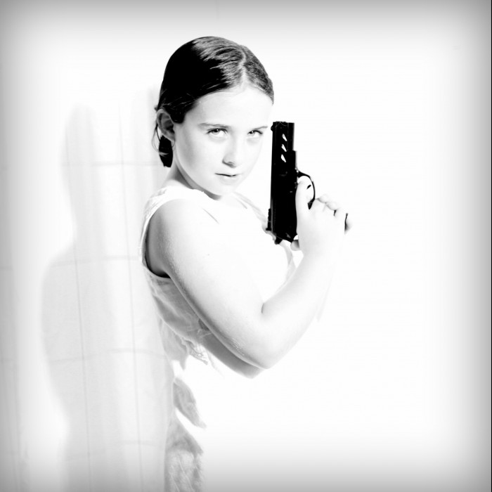 Photos Enfants en mode portrait -   La petite James Bond Girl